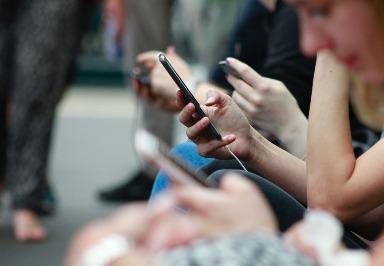 Nutzung sozialer Medien wird ähnlich wie bei Tieren durch Belohnungslernen beeinflusst